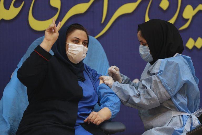 Sara Goudarzi, una enfermera del Hospital Imam Khomeini, siendo inoculada con la dosis de Sputnik V