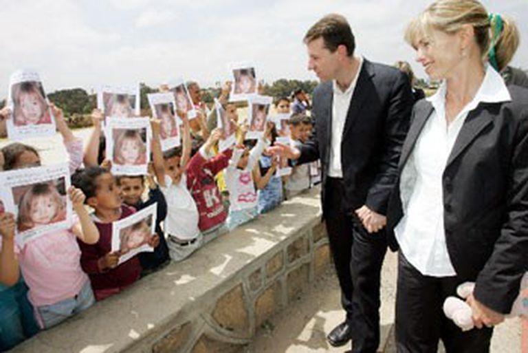 Los padres de Madeleine, saludados por decenas de niños con la imagen de la pequeña desaparecida