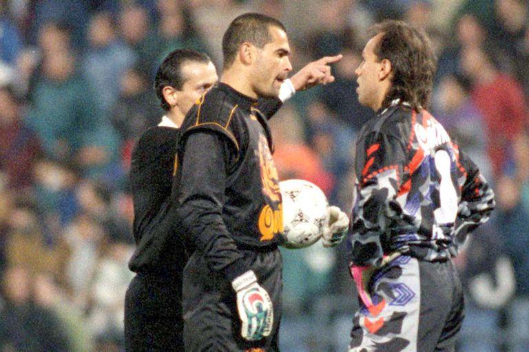 Chilavert y Navarro Montoya, cara a cara, antes del penal que estableció el 3 a 1; detrás, Castrilli (Archivo Diario La Nación)