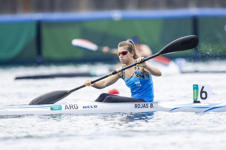 Brenda Rojas de Argentina compite en las Calificaciones de Canoe Sprint el día diez de los Juegos Olímpicos de Tokio 2020 en Sea Forest Waterway el 2 de agosto de 2021 en Tokio, Japón.