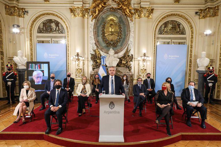 Alberto Fernández junto a los miembros del consejo consultivo que analizará el funcionamiento de la Corte Suprema