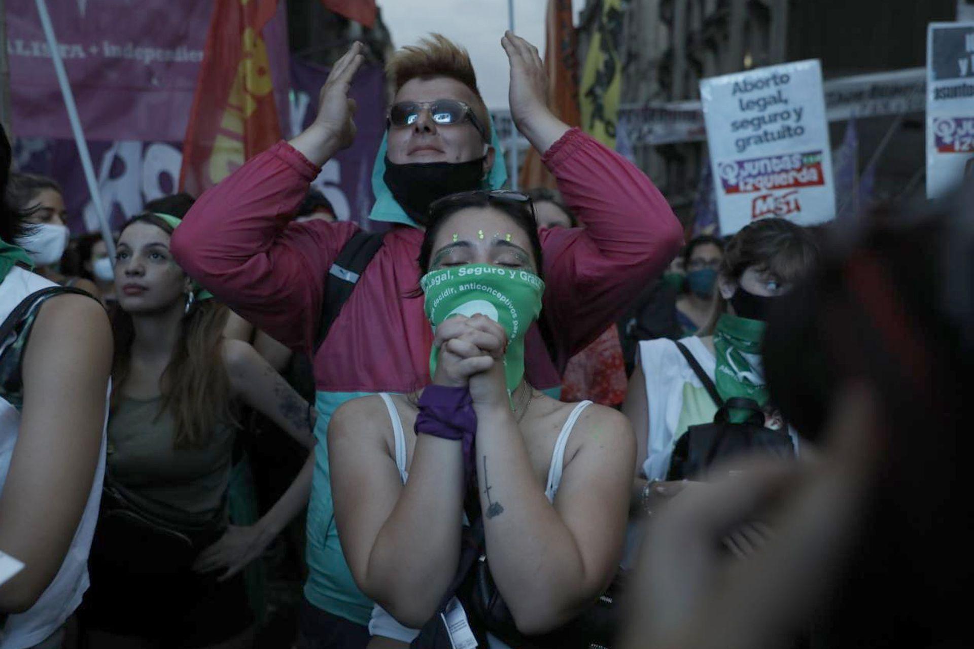 Vigilia en los alrededores del congreso mientras se define la votación ppor la ley del aborto