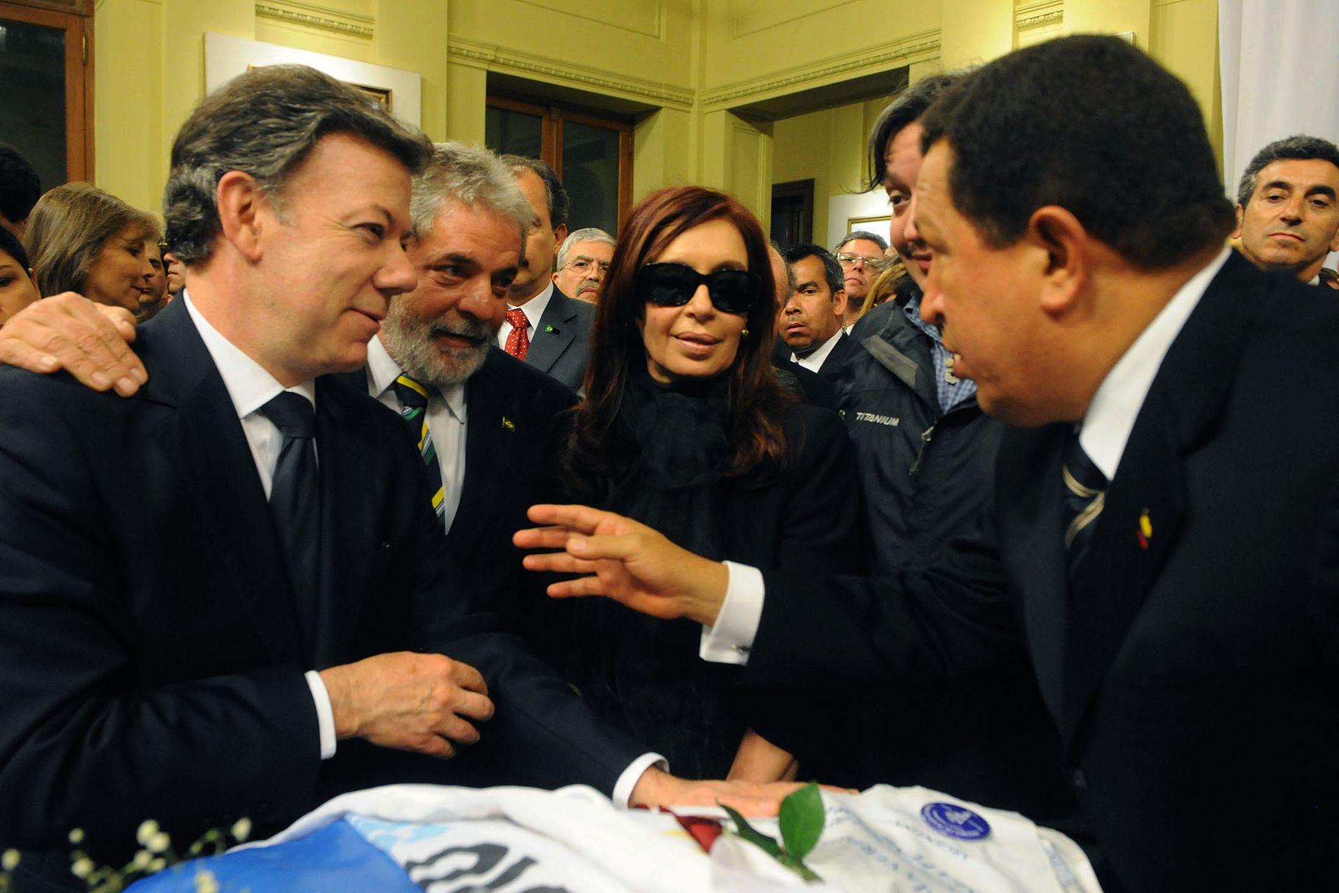 Juan Manuel Santos, Lula Da Silva y Hugo Chávez, junto a Cristina Kirchner, durante el velatorio de Néstor Kirchner
