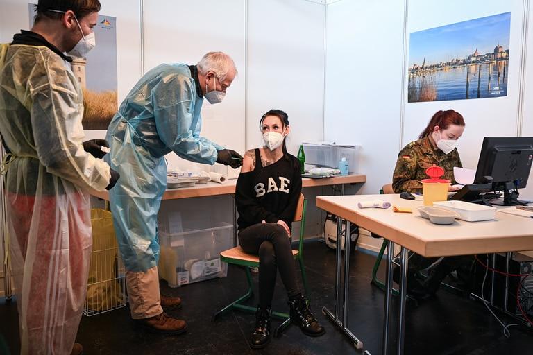 Una trabajadora de la salud recibe su primera dosis de la vacuna de AstraZeneca contra el coronavirus en un centro de vacunación en Rostock, Alemania, el 12 de febrero de 2021