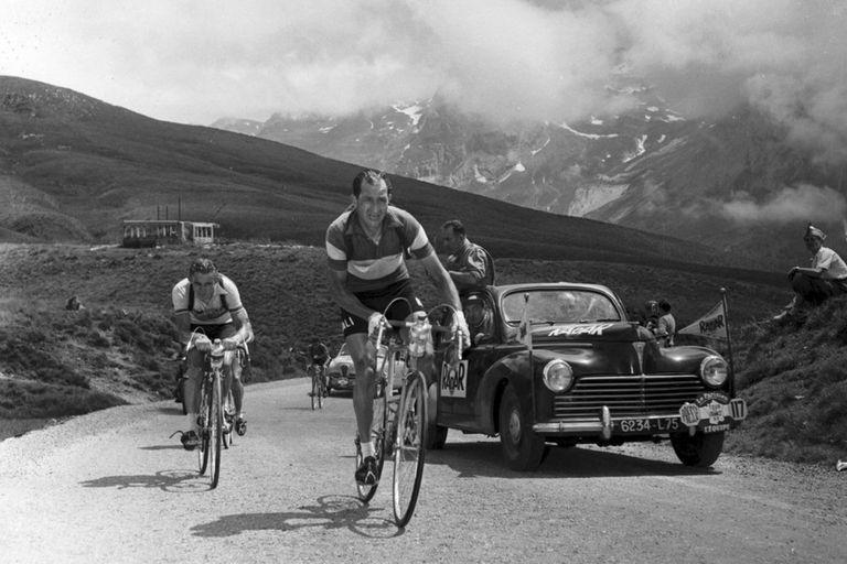 Ferviente católico, Bartali salvó a miles de judíos de ser deportados a los campos de concentración; ganó dos Tours y tres Vueltas de Italia, la carrera que hoy, en su honor, se larga en Jerusalén