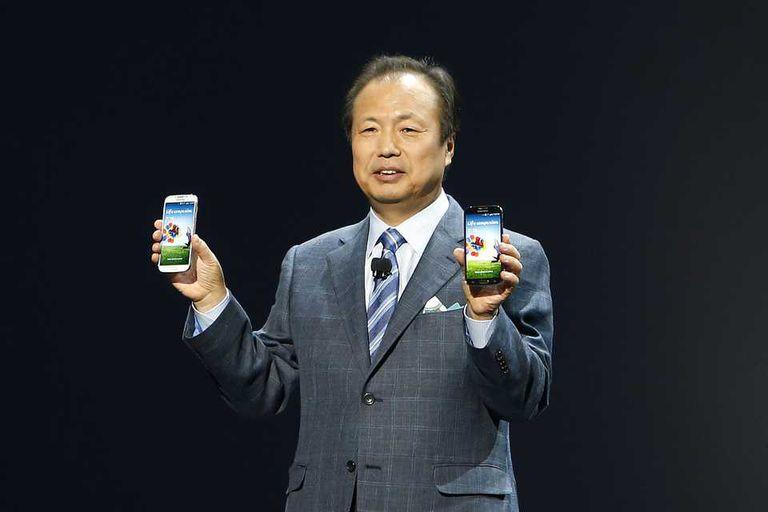 JK Shin, responsable de la división móvil de Samsung, con el Galaxy S 4 en la presentación de la compañía en Nueva York