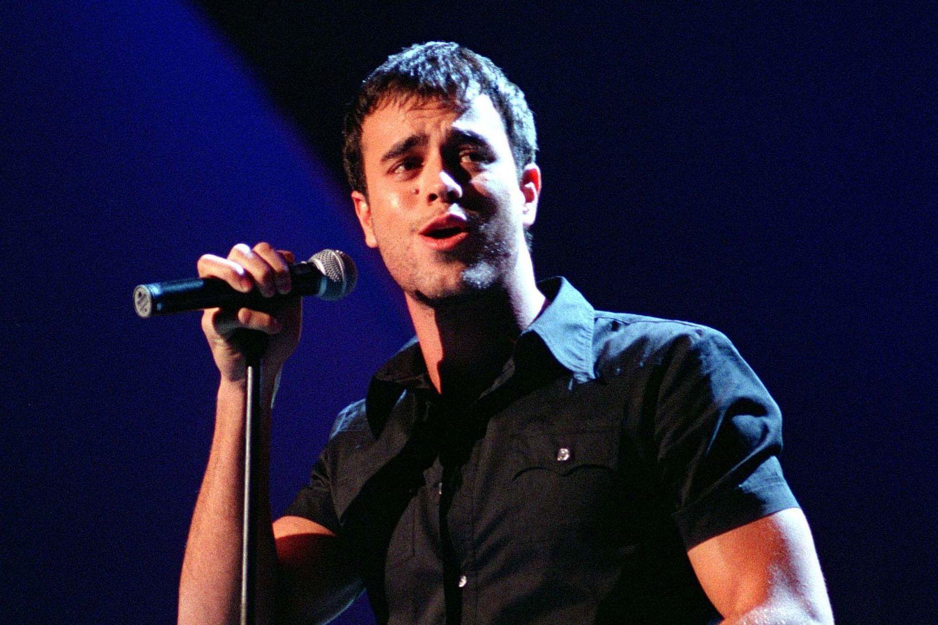 """Enrique Iglesias, canta durante la entrega de los """"Premios Amigos"""" en Madrid el 26 de noviembre de 1998"""