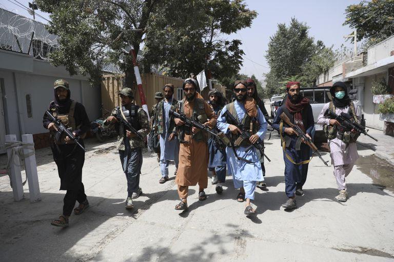 Combatientes talibanes patrullan por el vecindario de Wazir Akbar Khan, en Kabul, Afganistán, el 18 de agosto de 2021. (AP Foto/Rahmat Gul)