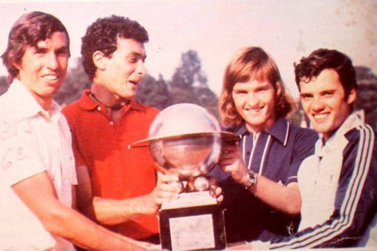 El primer triunfo del tenis juvenil por equipos, la Copa Galea de 1977: el Pato Rodríguez, Clerc, Gattiker y Dalla Fontana.