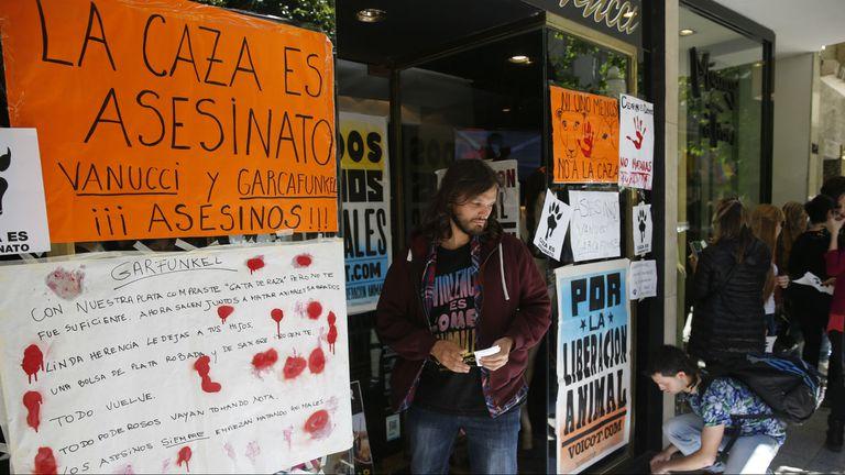 Con fuertes palabras, los manifestantes ecologistas protestaron contra la pareja mediática y cazadora