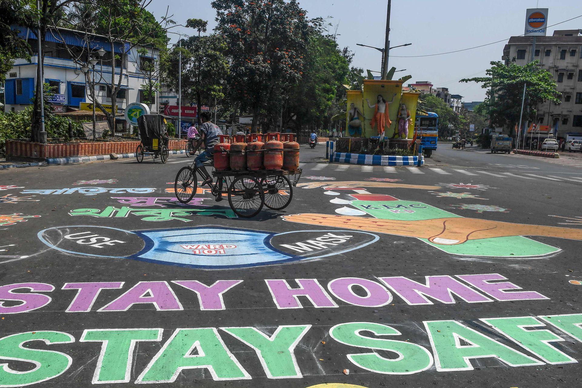 Los artistas también pintan las calles de Calcuta, India