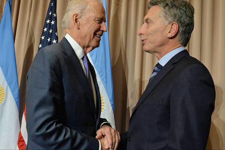 Joe Biden y Mauricio Macri, durante un período de reacercamiento en la relación entre ambos países