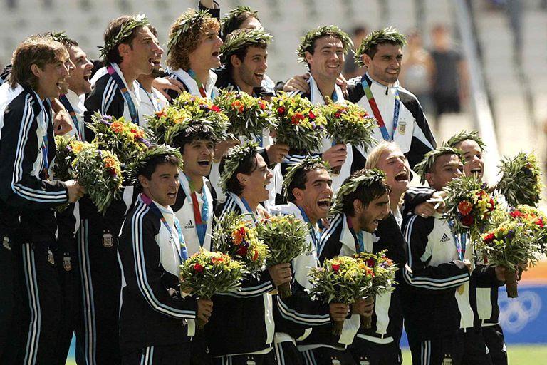 El plantel del fútbol dirigido por Marcelo BIelsa que recuperó una medalla de oro para la Argentina después de 52 años; fue en Atenas 2004 y luego de vencer a Paraguay en la final