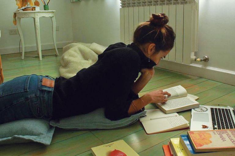 Una imagen publicada por Juana en su cuenta de Instagram -tiene un millón de seguidores-, mientras lee y estudia.