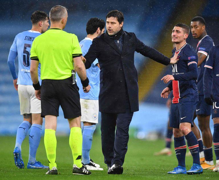 El entrenador argentino de Paris Saint Germain, Mauricio Pochettino, le protesta al árbitro Bjorn Kuipers  por la expulsión de Angel Di Maria