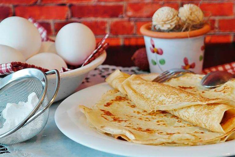 Masa de panqueques: se hace con huevos, harina y leche