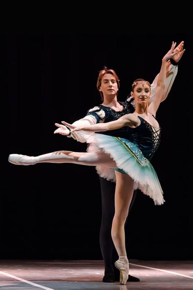 """Federico Fernández y Camila Bocca, bailarines del Teatro Colón, en el pas de deux de """"La Esmeralda"""" (BAB)"""