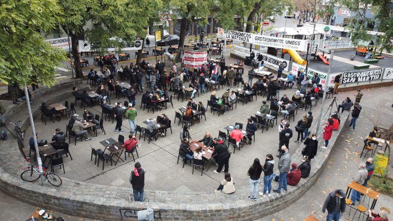 Convocatoria y reclamo de gastronómicos en Plaza Serrano por las restricciones