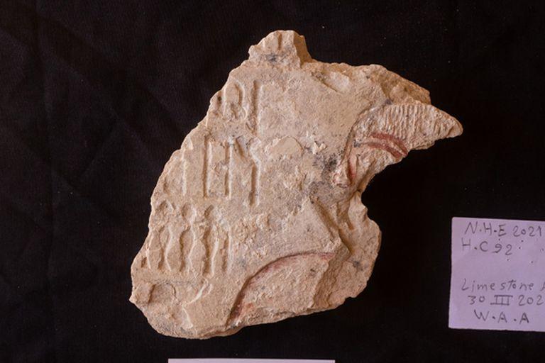 Se encontraron también dentro de las tumbas trozos de piedra caliza con jeroglíficos grabados en ella, posiblemente mensajes en honor al ocupante de la cripta