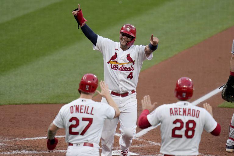 Yadier Molina (4), de los Cardenales de San Luis, celebra con sus compañeros Tyler O'Neill (27) y Nolan Arenado (28) tras anotar en un doble de tres carreras de Matt Carpenter en el primer inning del juego de la MLB que enfrentó a su equipo con los Indios de Cleveland, el 9 de junio de 2021, en San Luis. (AP Foto/Jeff Roberson)