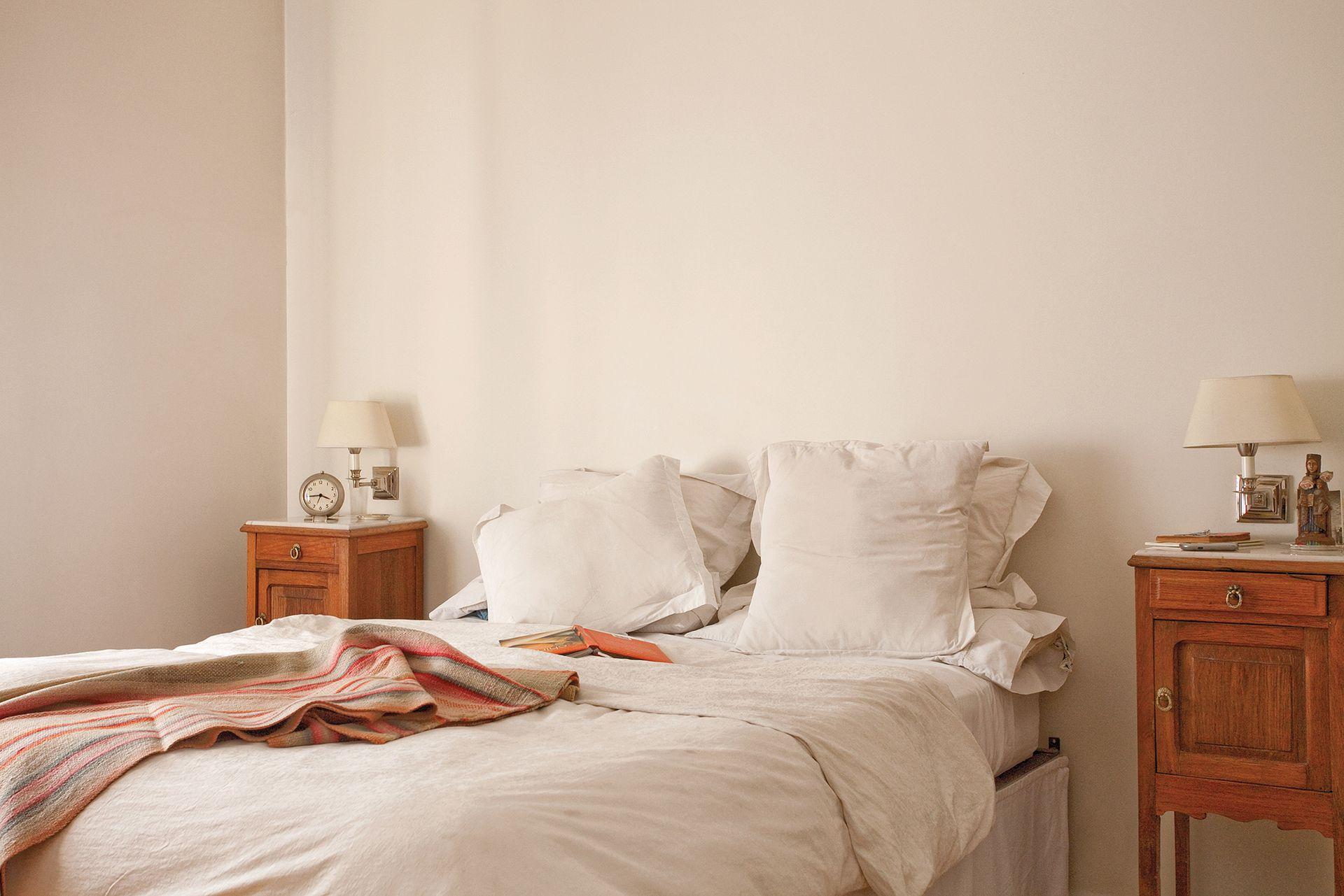 El dormitorio principal sigue los tonos del resto de la casa. Simpleza y calidez al frente.