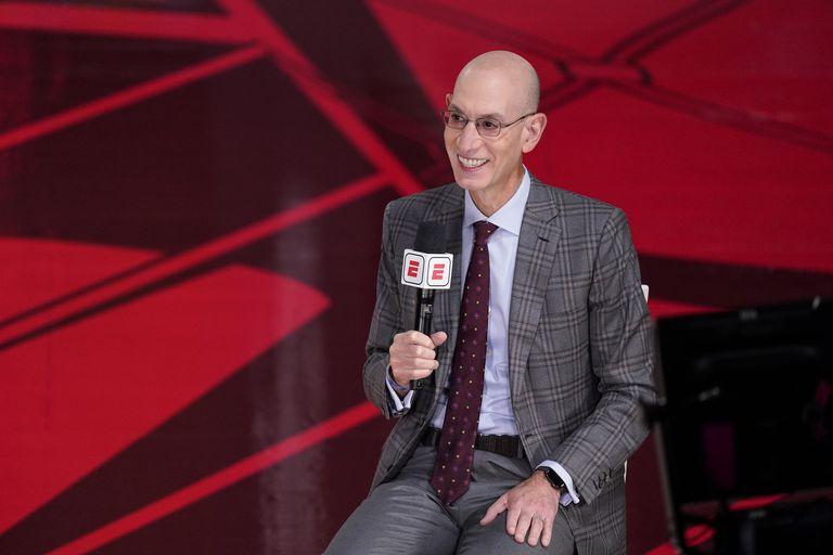En esta imagen del 4 de octubre de 2020 aparece el comisionado de la NBA, Adam silver, durante una entrevista antes de la Final de la NBA, en Lake Buena Vista, Florida. (AP Foto/Mark J. Terrill, Archivo)