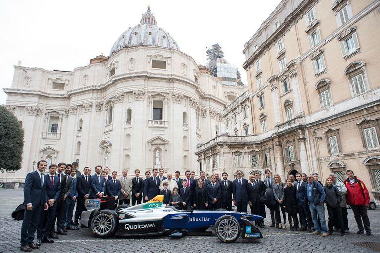 A fondo: el Papa Francisco bendijo un auto de la Fórmula E