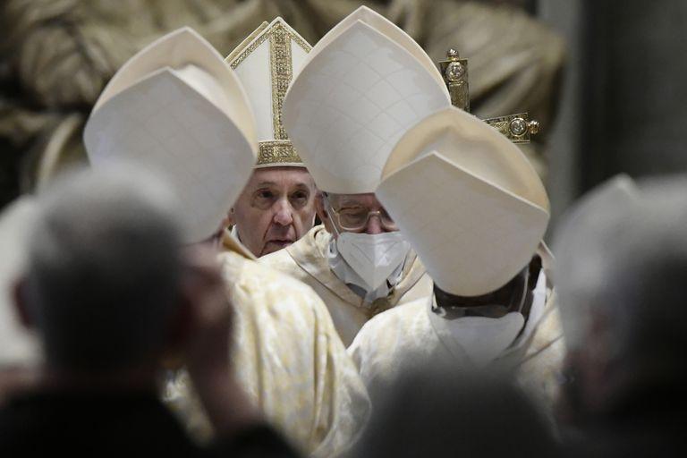 El Papa Francisco se va después de celebrar la Misa de Pascua en la Basílica de San Pedro