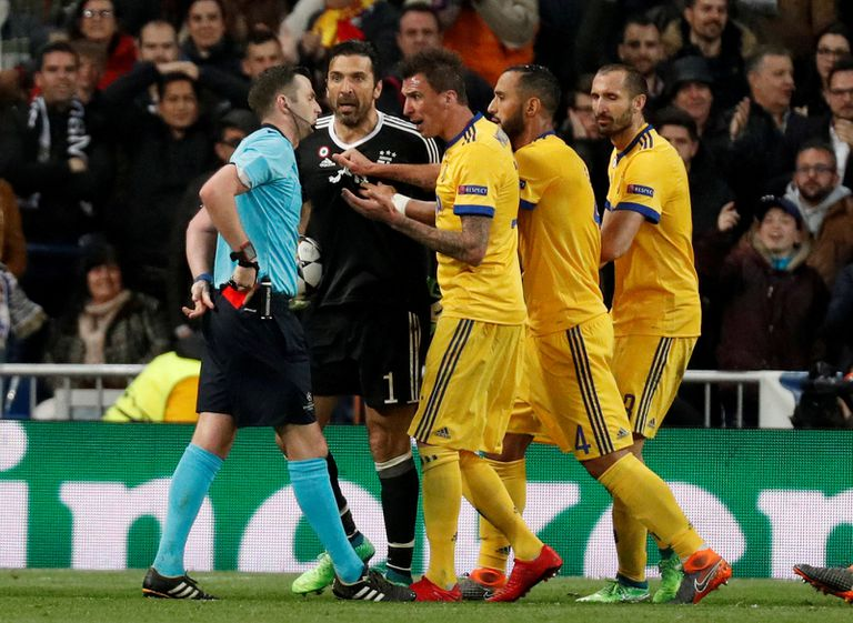 Buffon protesta ampulosamente tras el penal cobrado; Oliver saca la tarjeta roja con la que echará al arquero