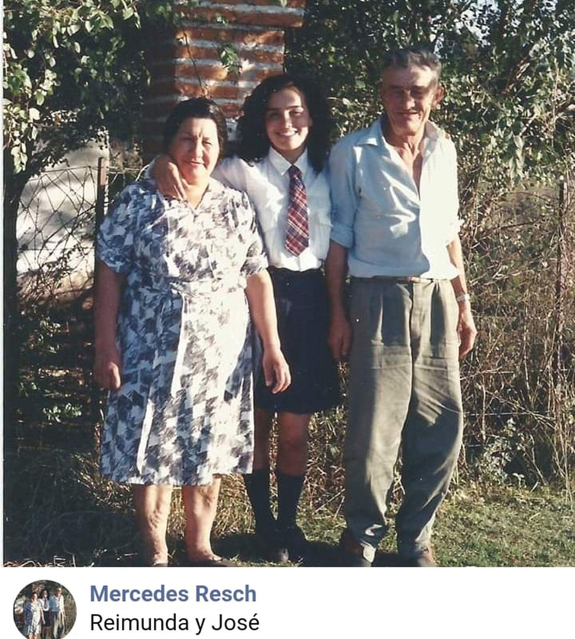 Mercedes Resch con sus padres, Reimunda y José. Es la novena de diez hermanos.