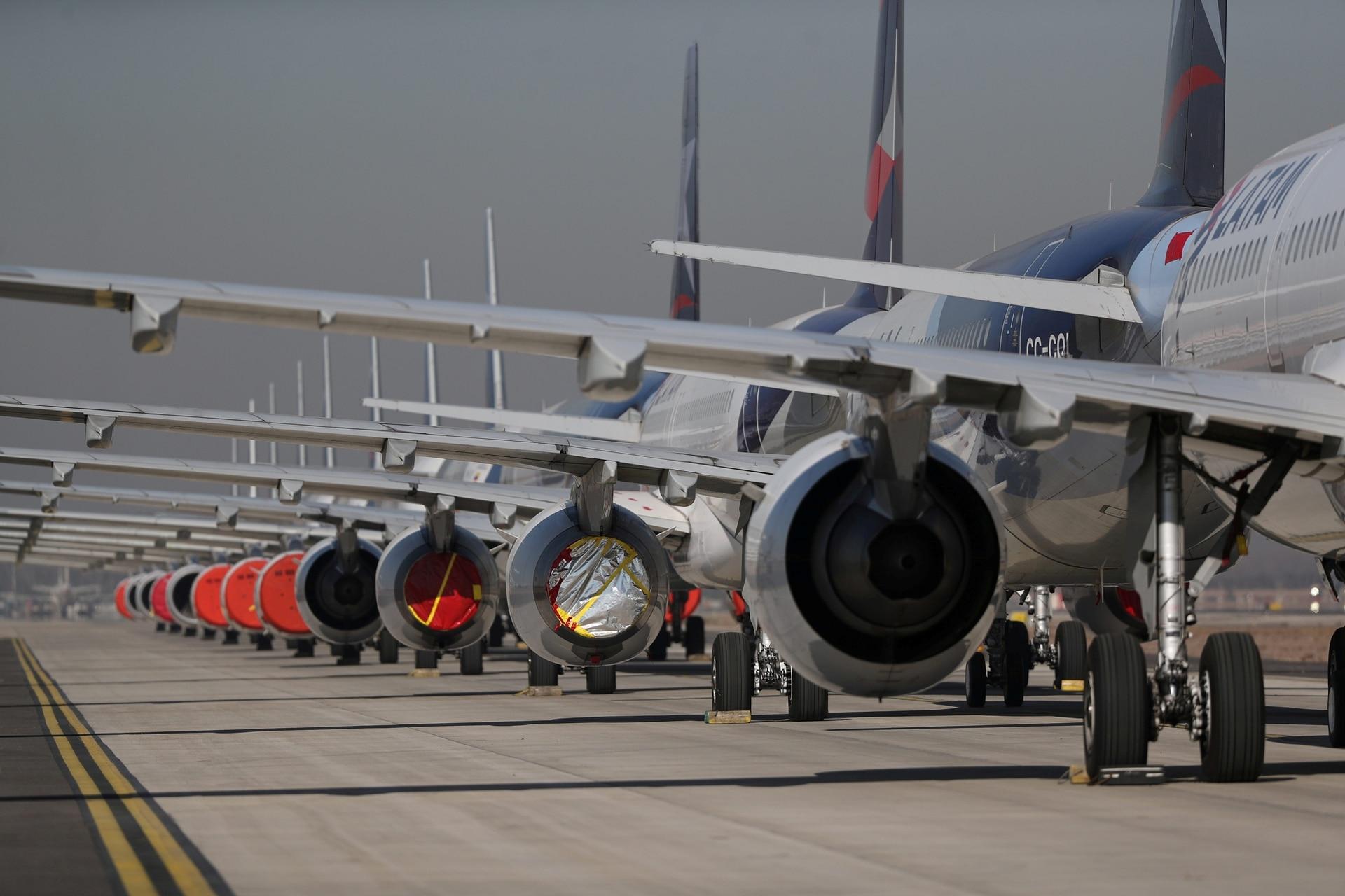 Aviones de pasajeros estacionados durante el confinamiento en Chile.