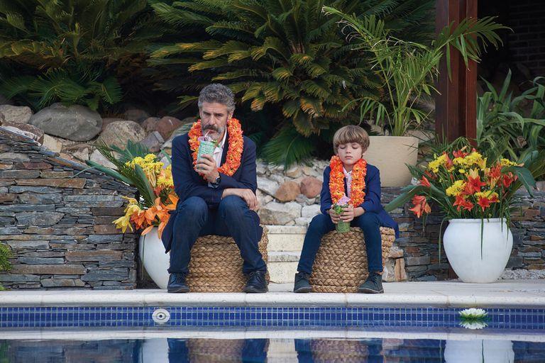 """Leonardo Sbaraglia junto a Benjamín Otero, que encarna a su """"hijo-no hijo"""" en la ficción."""