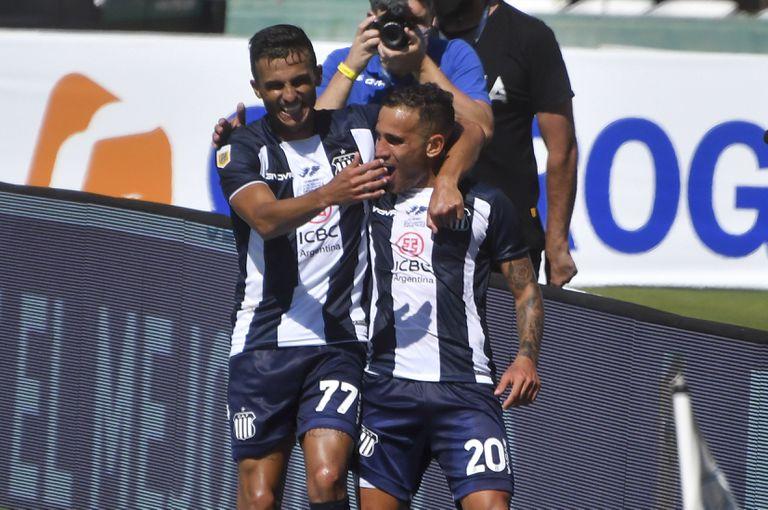 Franco Fragapane festeja junto a Guilherme Parede el segundo gol de Talleres sobre Independiente.