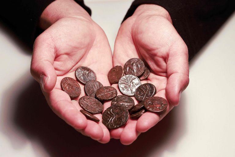 También se hallaron monedas muy antiguas que sorprenden por su rareza