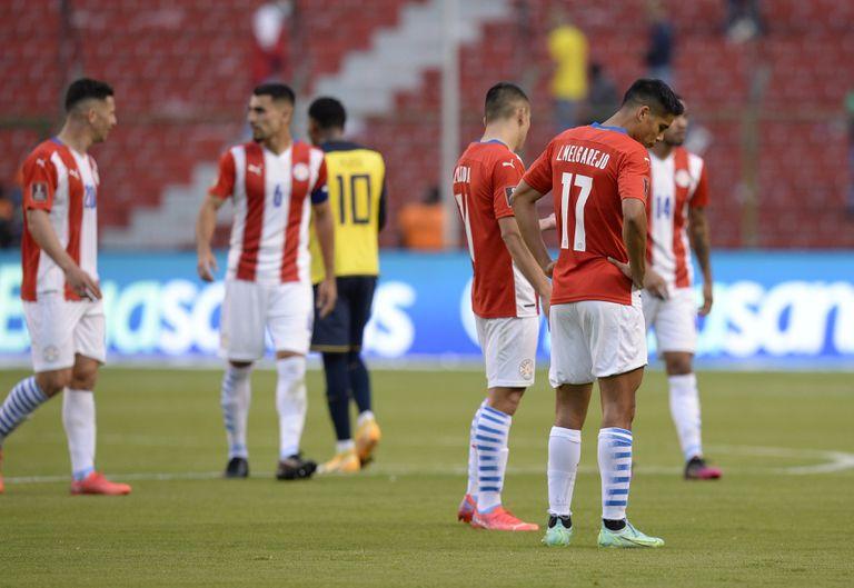Los jugadores de Paraguay se lamentan tras la derrota por 2-0 ante Ecuador en las eliminatorias mundialistas, el jueves 2 de septiembre de 2021, en Quito (Rodrigo Buendía/Pool via AP)