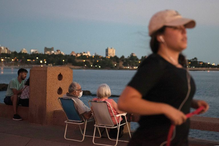 """La Intendencia de Montevideo dejó desde la semana pasada sin efecto el protocolo que había elaborado en agosto de 2020 para el """"uso responsable de los espacios públicos en emergencia sanitaria"""""""