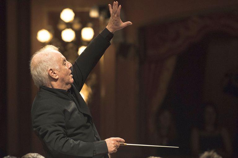 Daniel Barenboim vuelve a tocar el piano y a dirigir, con público en la sala