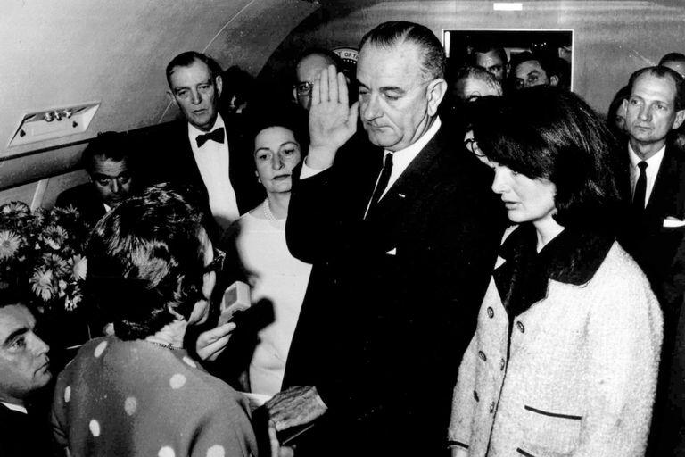 Lyndon B. Johnson juró como presidente en el avión presidencial el 22 de noviembre de 1963