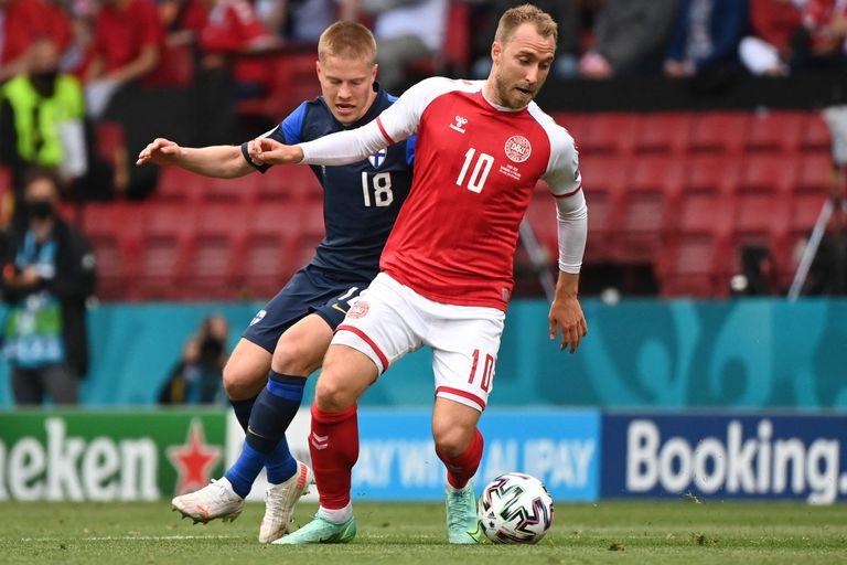 Jere Uronen, de Finlandia, persigue a Christian Eriksen durante el partido del Grupo B de la UEFA EURO 2020