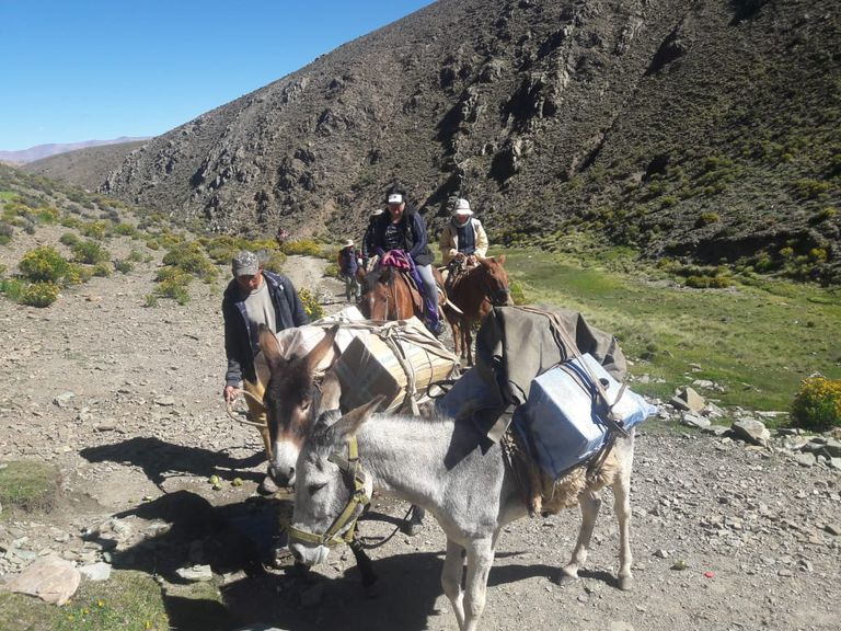 Los técnicos informáticos en viaje a la alta montaña, para realizar la reconexión de los equipos