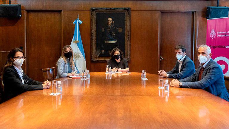 La ministra de Salud, Carla Vizzotti y la asesora presidencial Cecilia Nicolini junto al presidente de AstraZeneca Argentina, Agustín Lamas, la semana pasada
