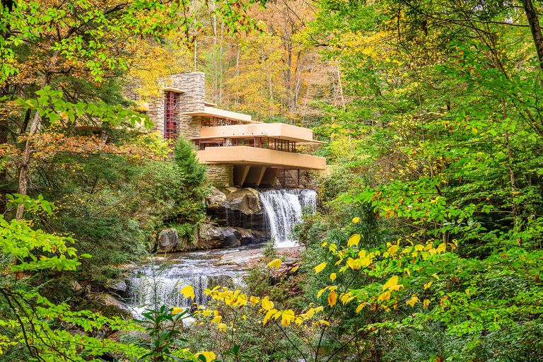 """La casa de la cascada: cómo es """"la mejor obra de arquitectura estadounidense"""""""