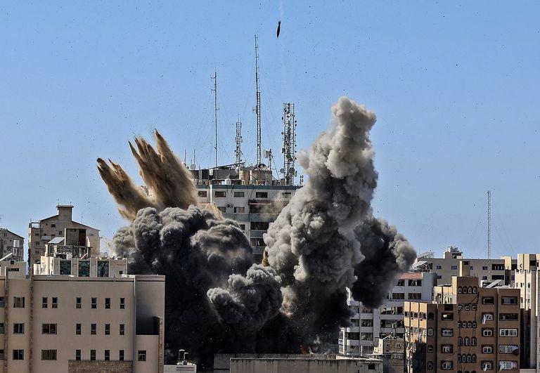 En esta imagen de archivo, tomada el 15 de mayo de 2021, un proyectil alcanza el edificio que alberga las oficinas de varios medios internacionales, incluyendo The Associated Press, en la Ciudad de Gaza. (Mahmud Hams /Pool Foto vía AP, archivo)
