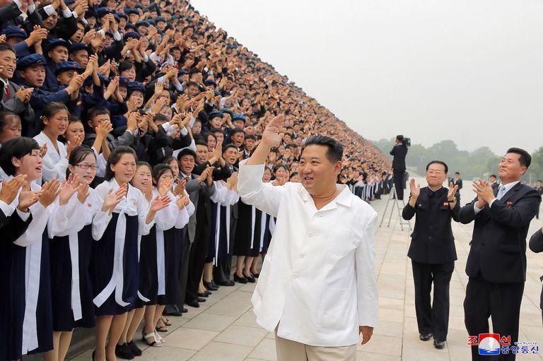 Una foto de Kim Jong-un en un evento con jóvenes difundida por el régimen ayer; no se ven barbijos en la escena