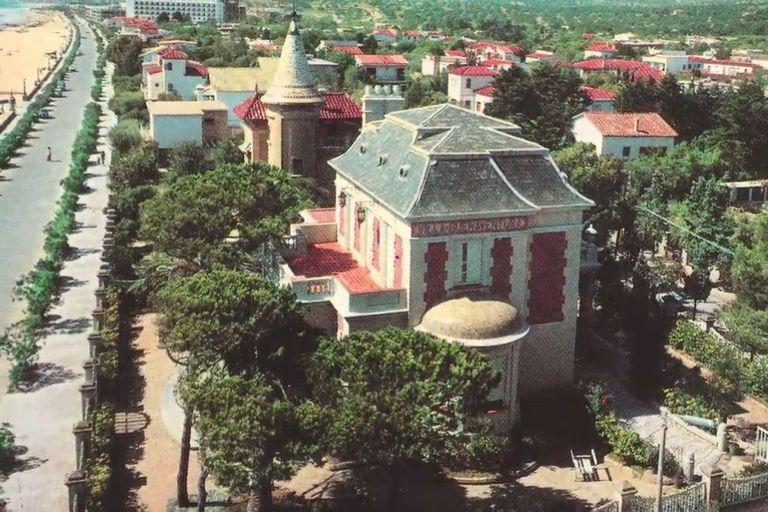 La mansión fue diseñada por el arquitecto Valentín Meyer Brodsky, famoso por haber sido el coautor del Hotel Alvear y del Edificio Colón en Mar del Plata