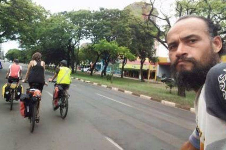 Cristian fue interceptado por dos hombres en una camioneta blanca mientras pedaleaba por las calles de Rio de Janeiro