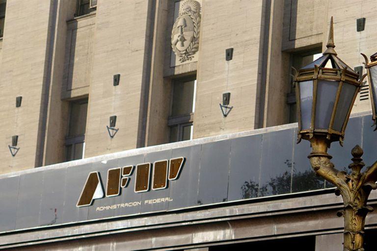La AFIP reglamentó aplicación del impuestos a compra de divisas y bienes y servicios en el exterior