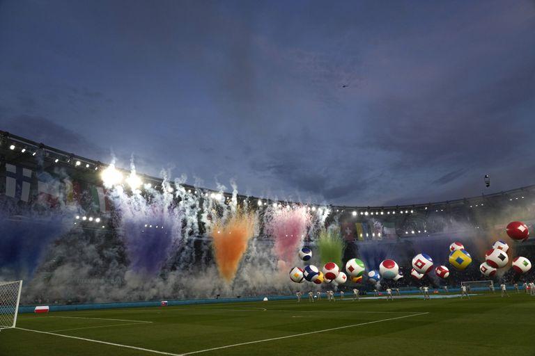 Un grupo de artistas actúa en la ceremonia inaugural de la Eurocopa de naciones, el viernes 11 de junio de 2021, antes del partido entre Italia y Turquía, en el Stadio Olimpico de Roma (AP Foto/Alessandra Tarantino, Pool)