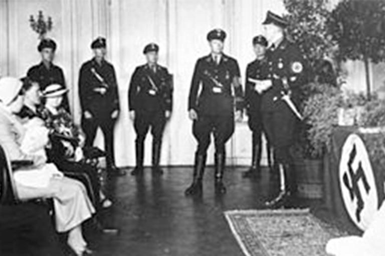 Un matrimonio junto a su hijo frente a oficiales de las SS