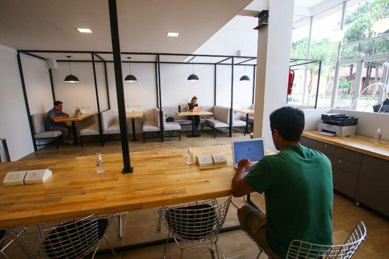 El lugar tiene oficinas, salas de reuniones y un espacio de áreas comunes